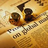 Dadi sul giornale finanziario di periodi immagini stock