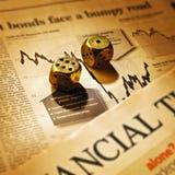 Dadi sul giornale finanziario di periodi fotografie stock
