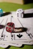 Dadi trasparenti sulle carte da gioco Immagini Stock