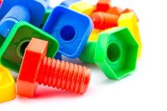 Dadi variopinti e divertenti - e - giocattoli dei bulloni isolati Fotografia Stock Libera da Diritti