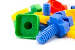 Dadi variopinti e divertenti - e - giocattoli dei bulloni isolati sul backgro bianco Immagine Stock Libera da Diritti