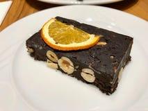Dado Antivari crudo del cioccolato senza farina ed e nessuno zucchero servito con la fetta arancio secca fotografia stock