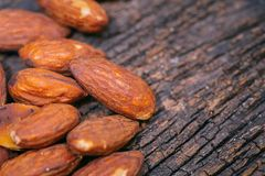 Dado delle mandorle sul macro alto dettaglio di legno Fotografia Stock Libera da Diritti