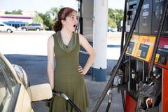 Dado una sacudida eléctrica por precios de la gasolina Imagenes de archivo