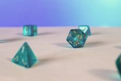 Dados azules d20 del juego Fotos de archivo