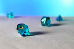 Dados azules d10 del juego Fotos de archivo
