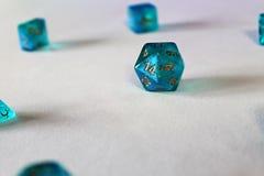 Dados azules d20 del juego Fotografía de archivo