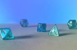 Dados azules d4 del juego Imagenes de archivo