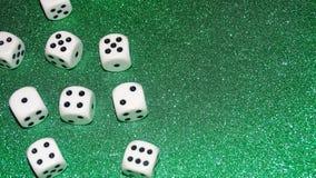 Dados com um fundo verde Conceito de jogo Fotos de Stock Royalty Free