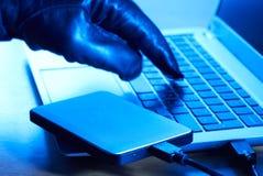 Dados criminosos do fazendo download do Cyber no disco rígido portátil Fotos de Stock