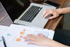 dados da análise do homem de negócio da folha de papel na tabela de madeira Fotografia de Stock Royalty Free