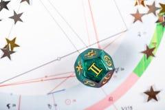 Dados da astrologia com s?mbolo do zod?aco de Gemini May 21 - 20 de junho imagens de stock