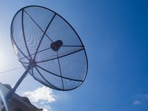 Dados da transmissão da antena parabólica no fundo brilhante do céu azul Foto de Stock