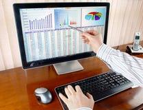 Dados de Analizing no computador Fotos de Stock