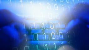 Dados de datilografia do computador do homem, mundo do cyber filme