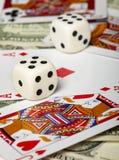 Dados de encontro dos cartões e ao dinheiro de jogo Fotografia de Stock Royalty Free