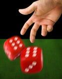 Dados de jogo da mão masculina Foto de Stock Royalty Free