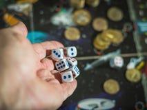 Dados de jogo da mão masculina no campo de ação com dinheiro O conceito do jogo Imagens de Stock Royalty Free