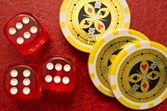 Dados de Sixes e microplaquetas do póquer Imagem de Stock Royalty Free