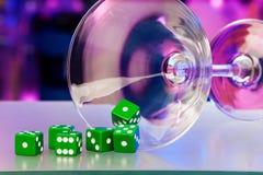 Dados del juego y vidrio de martini del cóctel Imagenes de archivo