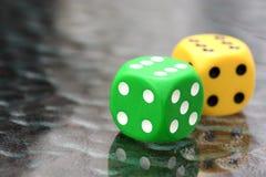 Dados del tiro a ganar en una mesa de juegos Fotografía de archivo libre de regalías