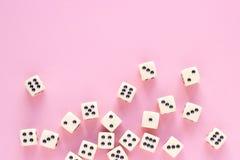 Dados do jogo com espaço da cópia no fundo cor-de-rosa Imagem de Stock