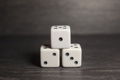 Dados do objeto do jogo isolados em um fundo branco Fotos de Stock
