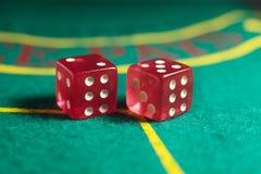 Dados do objeto do jogo isolados em um fundo branco Fotografia de Stock Royalty Free