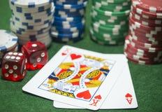 Dados dos cartões de jogo das microplaquetas de pôquer Fotografia de Stock