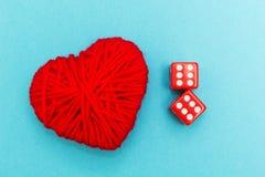 Dados e coração vermelhos no fundo azul fotografia de stock