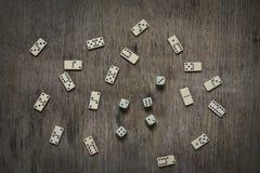 dados e dominós no fundo de madeira da tabela imagens de stock