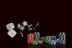 Dados e microplaquetas do fundo do casino Dados e microplaquetas brancos no fundo preto Conceito em linha do casino com lugar par Imagens de Stock Royalty Free
