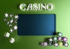 Dados e microplaquetas do fundo do casino Conceito em linha da tabela do casino com lugar para o texto Vista superior dos dados e Foto de Stock