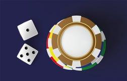 Dados e microplaquetas do fundo do casino Vista superior dos dados e das microplaquetas no fundo azul Conceito em linha da tabela Foto de Stock