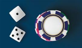 Dados e microplaquetas do fundo do casino Vista superior dos dados e das microplaquetas no fundo azul Conceito em linha da tabela Fotografia de Stock Royalty Free