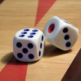Dados en el tablero para el backgammon imagen de archivo
