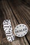 Dados en la tabla de madera del vintage - microprocesador del distribuidor autorizado del casino imagen de archivo libre de regalías