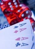 Dados en tarjetas en casino imagenes de archivo