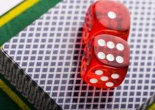 Dados en tarjetas en casino Imagen de archivo