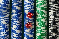 Dados en una pila de fichas de póker Fotografía de archivo