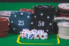 Dados, fichas de póker Imagenes de archivo