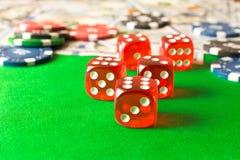 Dados, fichas de póker y 100 billetes de dólar en la tabla verde E Fotos de archivo libres de regalías