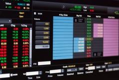 Dados financeiros em um monitor, dados do mercado de valores de ação no engodo da exposição de diodo emissor de luz Imagens de Stock Royalty Free