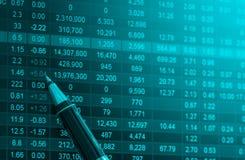 Dados financeiros em um monitor, dados do mercado de valores de ação no engodo da exposição de diodo emissor de luz Imagem de Stock