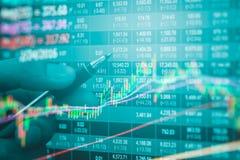 Dados financeiros em um monitor, dados do mercado de valores de ação no engodo da exposição de diodo emissor de luz Foto de Stock