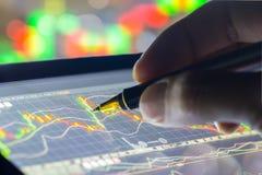 Dados financeiros em um monitor, foco seletivo no monitor do diodo emissor de luz, stoc Imagem de Stock Royalty Free