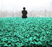 Dados grandes, homem de negócios da vista traseira que senta-se em caráteres verdes enormes fotos de stock royalty free
