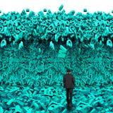 Dados grandes Homem de negócios que anda para uma onda enorme do tsunami dos caráteres fotografia de stock