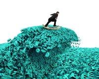 Dados grandes Onda enorme do tsunami dos caráteres Placa surfando do dinheiro do homem de negócios fotos de stock