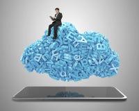 Dados grandes Os car?teres azuis nublam-se a forma Tabuleta esperta Assento do homem de neg?cios fotos de stock